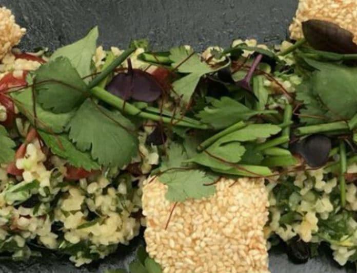 Μια διαφορετική σαλάτα! Πλιγούρι με μυρωδικά - φέτα παναρισμένη με σουσάμι!