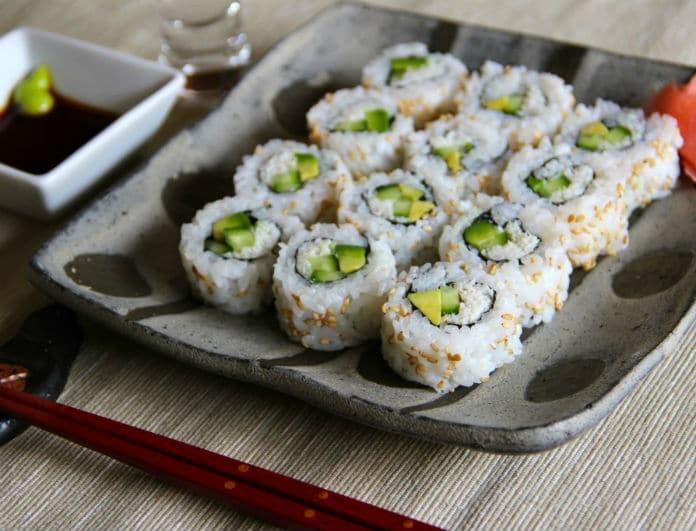 Συνταγή: California rolls! Πώς να τα φτιάξετε μόνοι σας στο σπίτι!