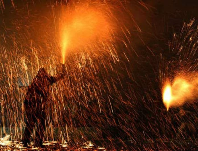 «Το ζεϊμπέκικο της φωτιάς». Πού γίνεται το πιο επικίνδυνο πασχαλινό έθιμο; (Video)