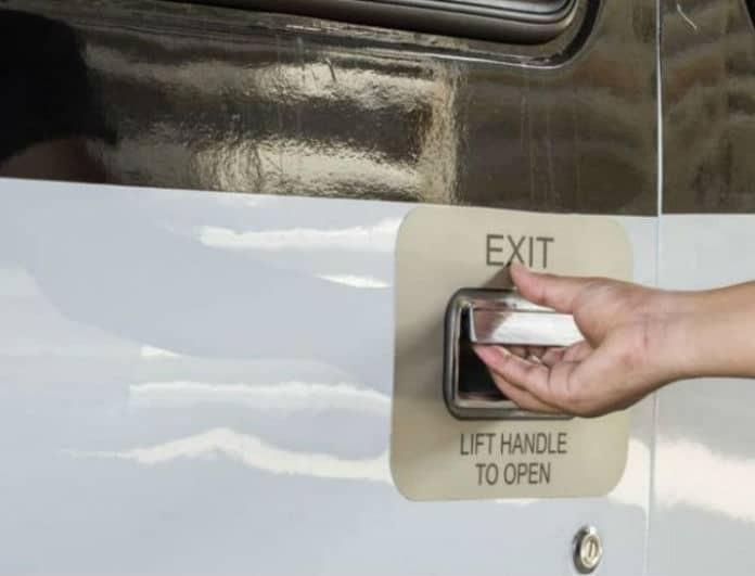 Τι γίνεται αν ανοίξει η πόρτα του αεροπλάνου εν ώρα πτήσης;
