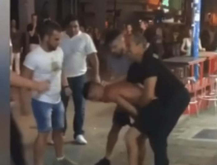 Απίστευτο βίντεο από την Αγ. Νάπα! Ξυλοκοπούν τουρίστες στην μέση του δρόμου!