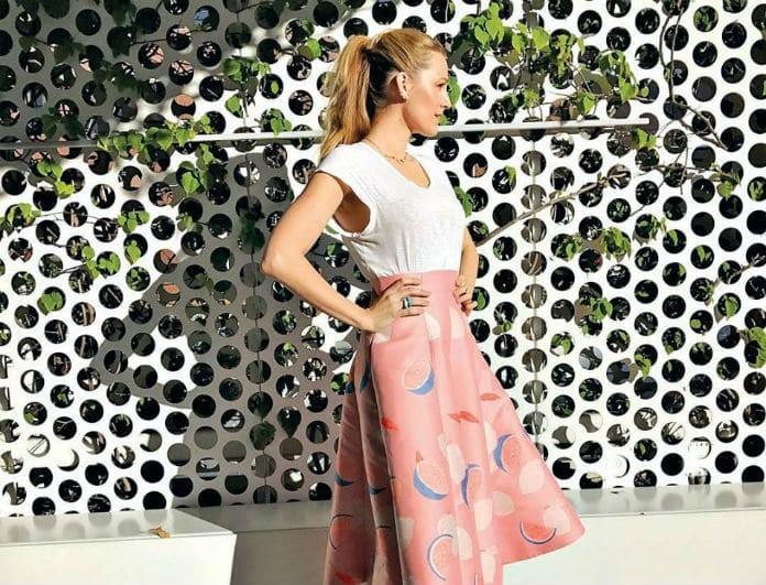 Κάνε πιο sexy και θηλυκό το λευκό σου T-shirt! Η fashion editor του Youweekly.gr σου προτείνει!