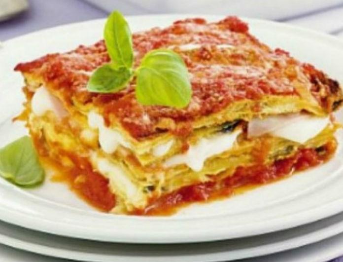 Η συνταγή της ημέρας: Λαζάνια με ντομάτα, μελιτζάνες και τυριά ανάμεικτα