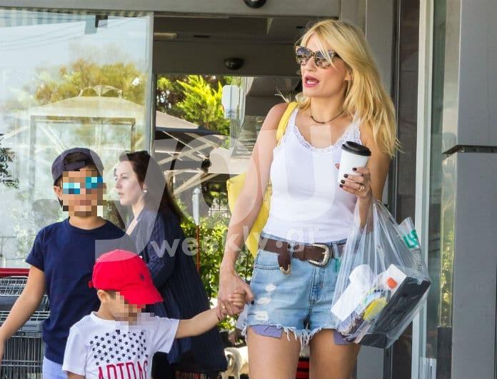 Φαίη Σκορδά: Με καυτό μίνι σορτς βόλτα με τα παιδιά της! Αρετουσάριστες φωτογραφίες!