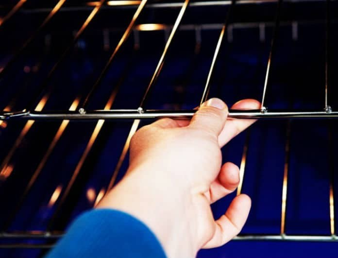 Tips: Πως θα καθαρίσει εύκολα και γρήγορα τη σχάρα του φούρνου!