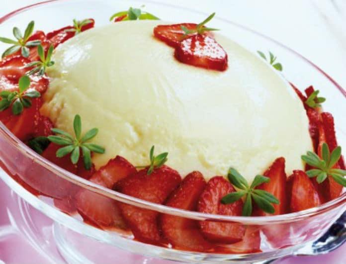 Η συνταγή που θα αγαπήσουν μικροί και μεγάλοι! Μους γιαουρτιού με φράουλες!