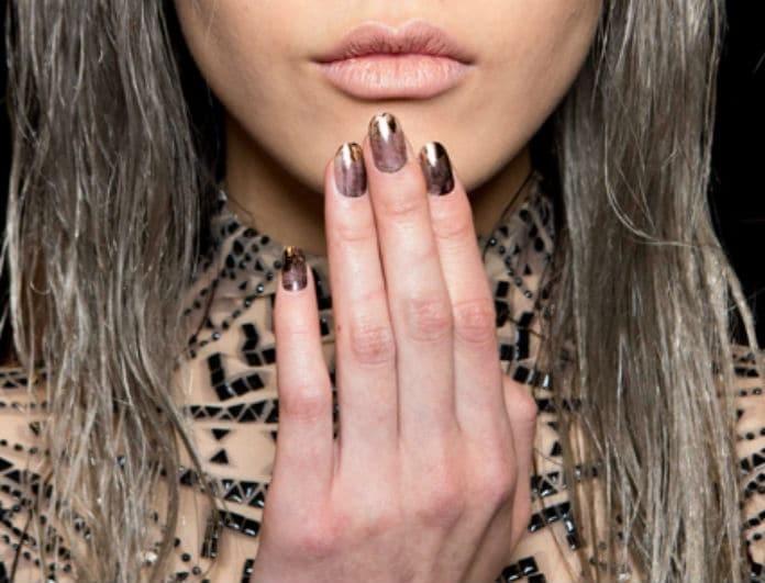 Gold Foil Nails:  Το απόλυτο nail trend για το φετινό καλοκαίρι! Βάλε λίγο χρυσό στο μανικιούρ σου!