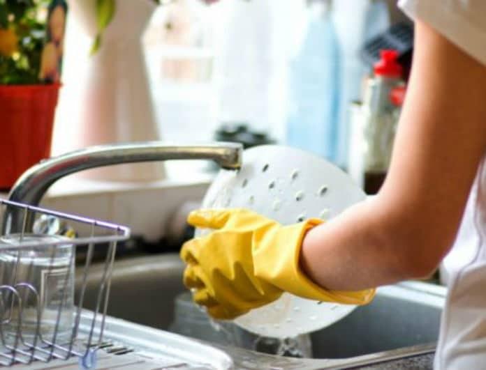 Καθαρίστε τον νεροχύτη σας με δύο υλικά που έχουμε όλοι στο ντουλάπι!