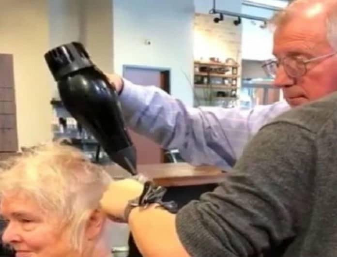Συγκινητικό βίντεο: Άνδρας μαθαίνει να κάνει το αγαπημένο χτένισμα της γυναίκας του αφού εκείνη έπαθε εγκεφαλικό!