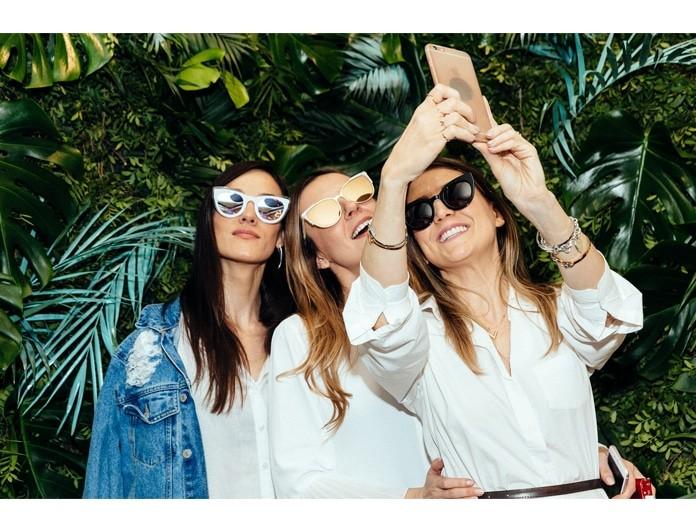 Αυτά είναι τα εντυπωσιακά γυαλιά ηλίου που φορούν τώρα όλες οι bloggers!