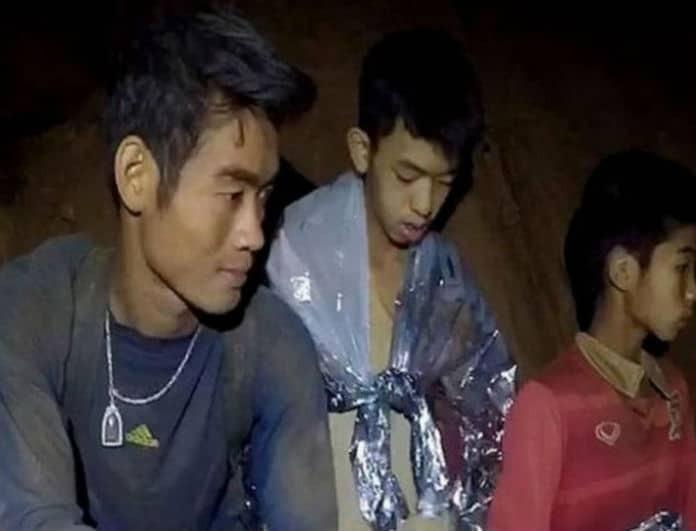 Ταϊλάνδη: Συνεχίζεται το θρίλερ! Αρκετά αδυνατισμένος ο προπονητής: Δίνει το φαγητό του στα παιδιά!