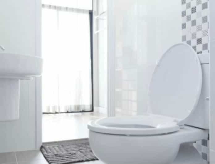 Έτσι θα καθαρίσετε την τουαλέτα σας με ένα κατσαβίδι!
