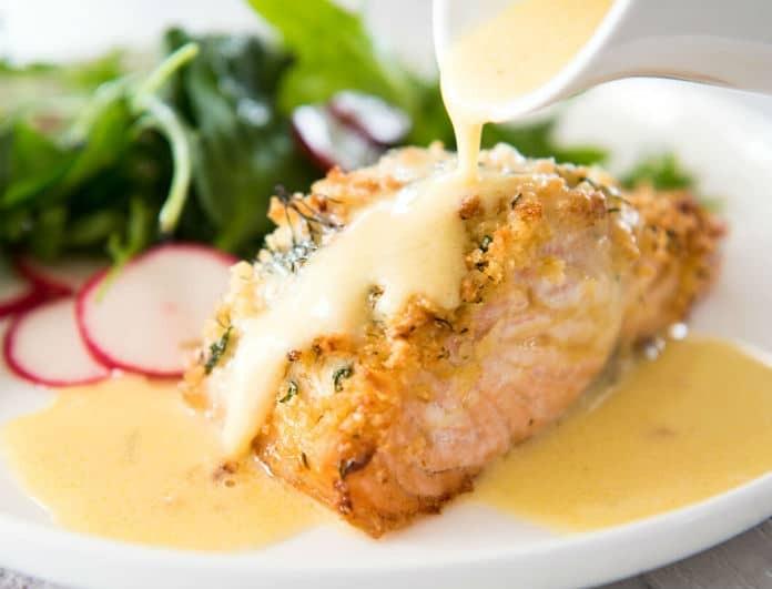 Η συνταγή της ημέρας: Γλασαρισμένο φιλέτο σολομού με σάλτσα από κρεμώδες τυρί!