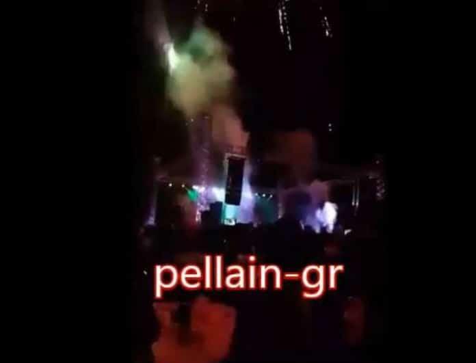 Τρόμος σε συναυλία πασίγνωστου Έλληνα τραγουδιστή! Έσκασε βεγγαλικό πάνω σε άντρα! (Βίντεο)