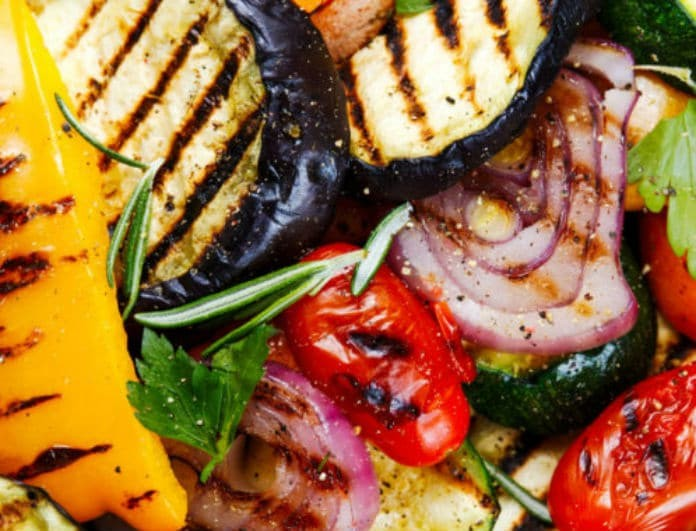 Η συνταγή της ημέρας: Ψητά λαχανικά με σάλτσα από γιαούρτι και ταχίνι από τον Ηλία Μαμαλάκη!