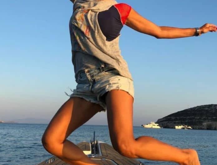 Ποια πασίγνωστη Ελληνίδα τραγουδίστρια χοροπηδάει επικίνδυνα πάνω σε φουσκωτό σκάφος; Φωτό ντοκουμέντο!