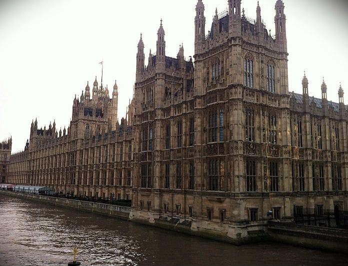 Αυτοκίνητο έπεσε στο φράχτη του κοινοβουλίου στο Λονδίνο