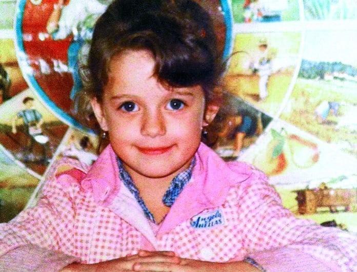 Ποιο είναι το κοριτσάκι της φωτογραφίας; Δεν πάει ο νους σας! Και όμως είναι Ελληνίδα κουκλάρα παρουσιάστρια