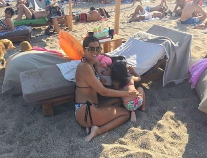 Σταματίνα Τσιμτσιλή: Η τρυφερή φωτογραφία με μαγιό και τις κορούλες της!