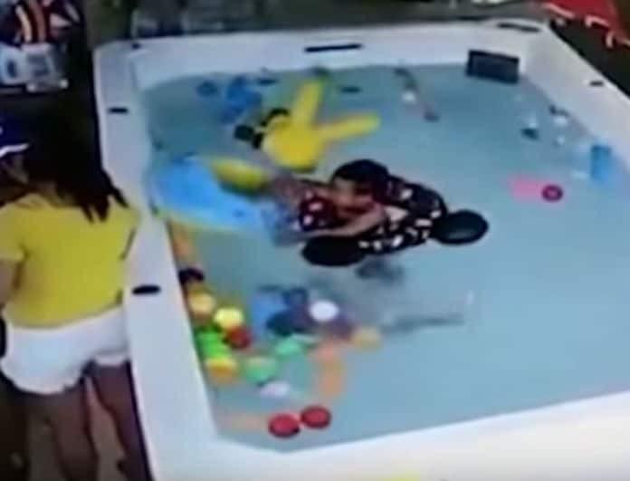 Το βίντεο της ντροπής! Μάνα παίζει με το κινητό, ξεχνάει στην πισίνα το μωρό που πνίγεται!