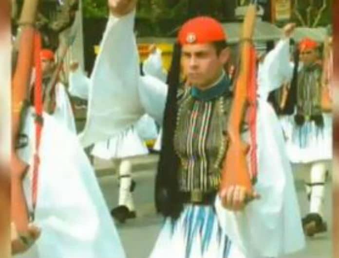 Αναγνωρίζετε τον νεαρό της φωτογραφίας; Είναι πασίγνωστος Έλληνας παρουσιαστής!