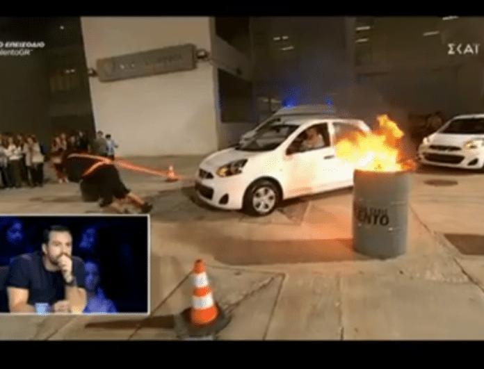 Ελλάδα έχεις ταλέντο: Απίστευτο! Μετακίνησε τρία αυτοκίνητα μόνος του (video)