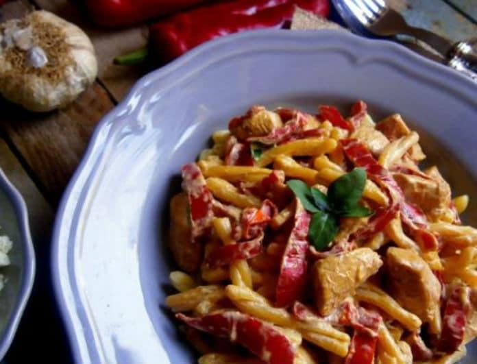 Παγκόσμια ημέρα ζυμαρικών: Νόστιμη συνταγή με κοτόπουλο, πιπεριές και σάλτσα γιαούρτι!