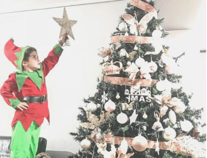 Χριστούγεννα 2018: Ποιας πασίγνωστης Ελληνίδας γιος είναι το... ξωτικό της φωτογραφίας;