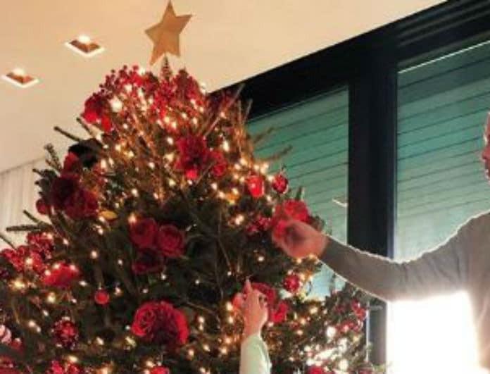 Πασίγνωστη τραγουδίστρια στόλισε το πιο ψηλό Χριστουγεννιάτικο δέντρο!