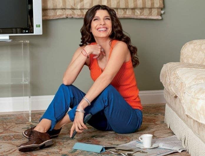 Πόπη Τσαπανίδου: Ποζάρει χωρίς ίχνος μακιγιάζ στο σαλόνι του σπιτιού της!
