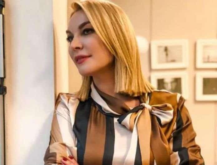 Τατιάνα Στεφανίδου: Η χαλαρή πόζα της παρουσιάστριας στο καμαρίνι της...