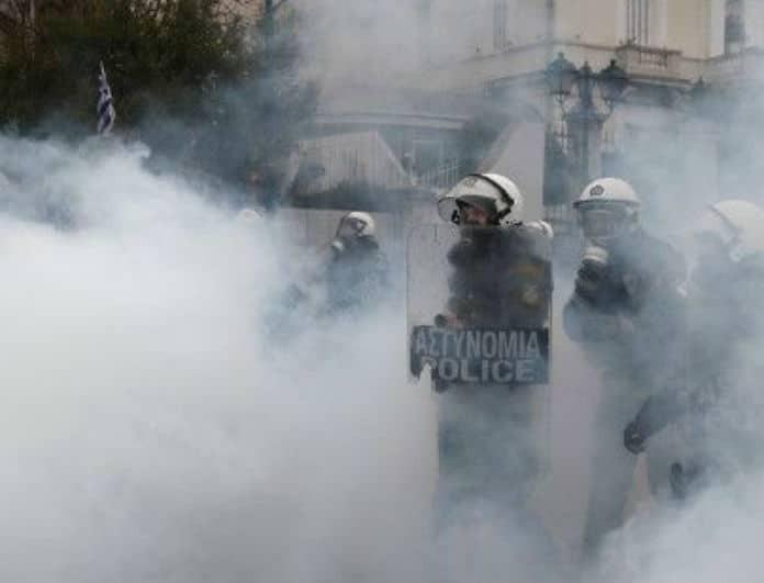 Σκηνές χάους στο κέντρο της Αθηνάς! Επιτέθηκαν σε δημοσιογράφους και φωτορεπόρτερ!