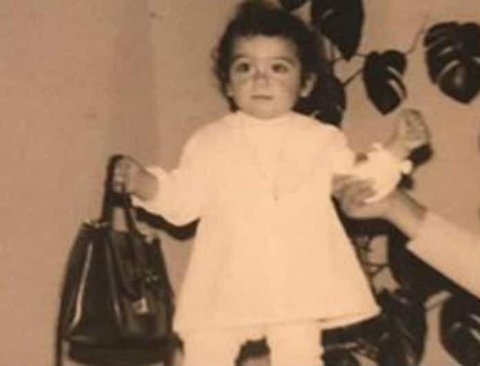 Αναγνωρίζετε το κοριτσάκι της φωτογραφίας; Είναι πασίγνωστη Ελληνίδα τραγουδίστρια!