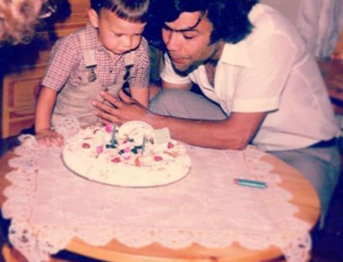 Μπορείτε να αναγνωρίσετε το αγοράκι της φωτογραφίας; Είναι πασίγνωστος Έλληνας τραγουδιστής με τον μπαμπά του!