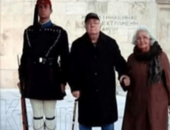 Πανελλήνια συγκίνηση! Παππούδες έκαναν σκοπιά δίπλα στον Εύζωνα εγγονό τους για να μη νιώθει μοναξιά...