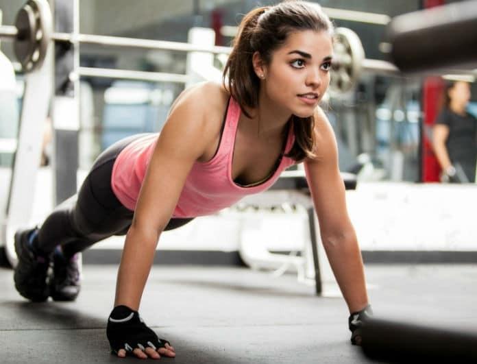 Η άσκηση που γυμνάζει κοιλιά, οπίσθια και μηρούς με μία κίνηση!