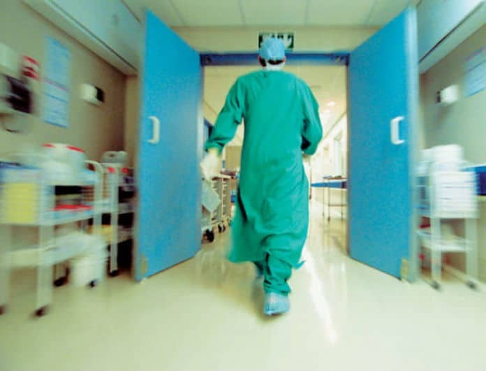 Πήγε στα επείγοντα με μία ράβδο 26 εκατοστών σφηνωμένη μέσα του! Άναυδοι οι γιατροί με αυτό που αντίκρισαν!