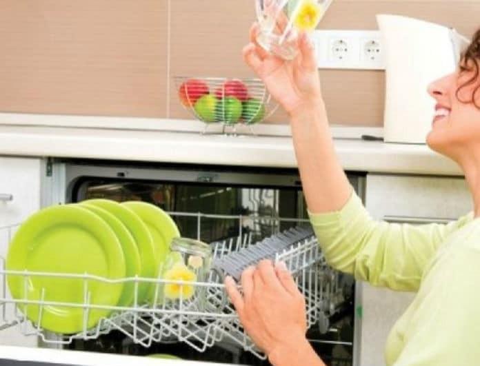 Καθαρίστε τέλεια τα πιάτα σας με το πιο οικονομικό τρικ!