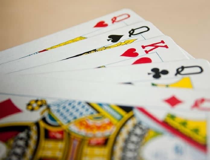 Άστρα και τζόγος: Δείτε ποια ζώδια κερδίζουν στα… χαρτιά!