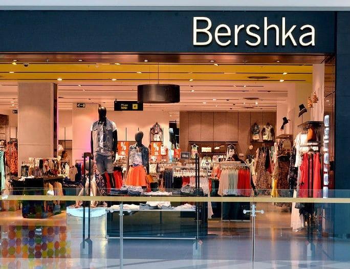 Bershka: Η midi πλισέ δερμάτινη φούστα που