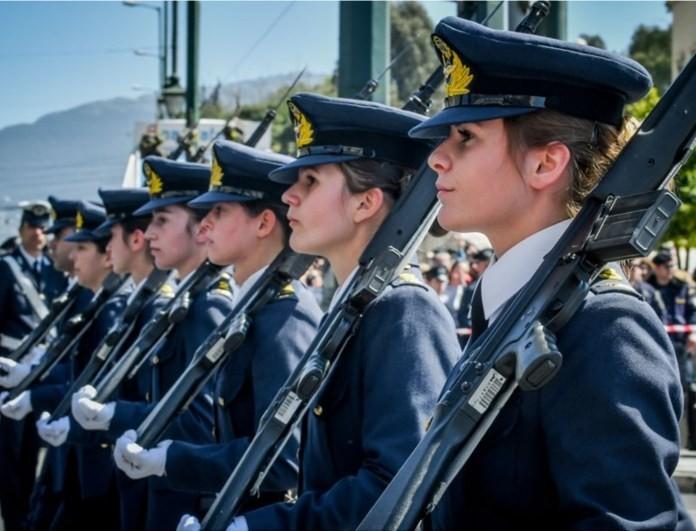 Στρατιωτική παρέλαση: Τράβηξαν όλα τα βλέμματα οι γυναίκες στα χακί!