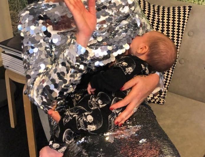Πασίγνωστη celebrity θηλάζει το μωρό στη δουλειά της!