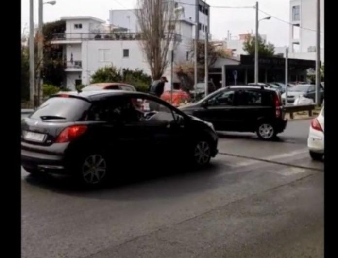 Ελληνίδα οδηγός-εγκληματίας ζητάει από πατέρα με μωρό να κάνει στην άκρη για να περάσει! (βίντεο)