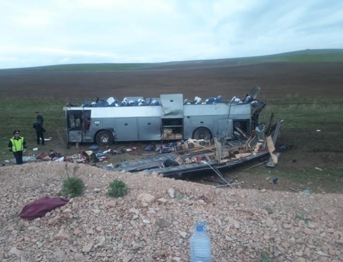 Θανατηφόρο τροχαίο με λεωφορείο: Τουλάχιστον 11 νεκροί - Πολύ σκληρές εικόνες!