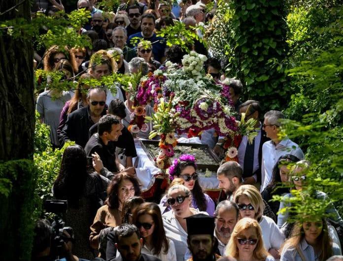 Οι πιστοί μετείχαν στο πένθος για τον ενταφιασμό του Ιησού! Δείτε φωτογραφίες!