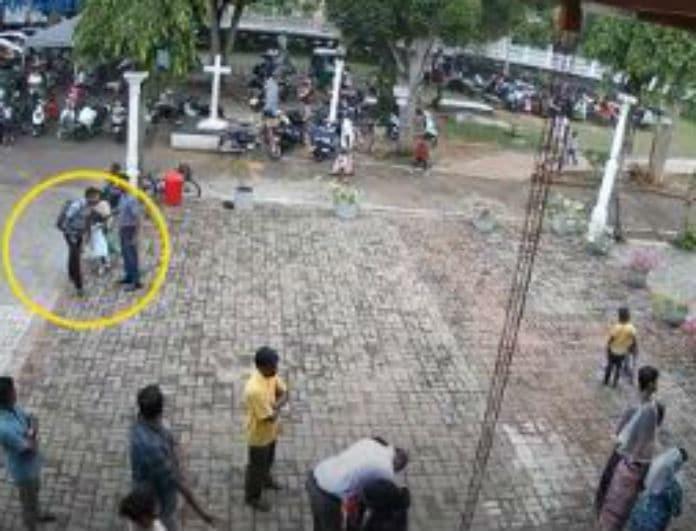 Ανατριχιαστικό! Λίγο πριν την επίθεση στη Σρι Λάνκα βομβιστής χαϊδεύει στο κεφάλι ένα κοριτσάκι!