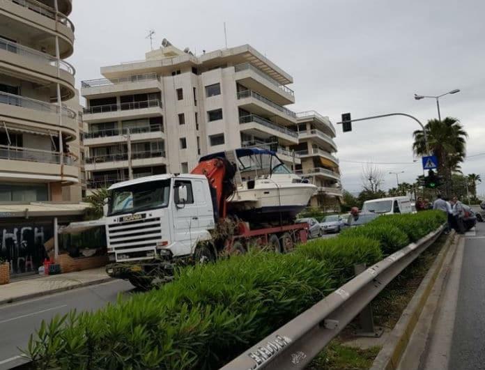 Τροχαίο σοκ στην παραλιακή!  ΙΧ παρέσυρε φορτηγό που μετέφερε σκάφος!
