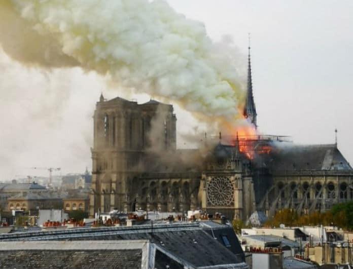 Παρίσι: Πληροφορίες ότι σώθηκε από ολική καταστροφή το οικοδόμημα του ναού!