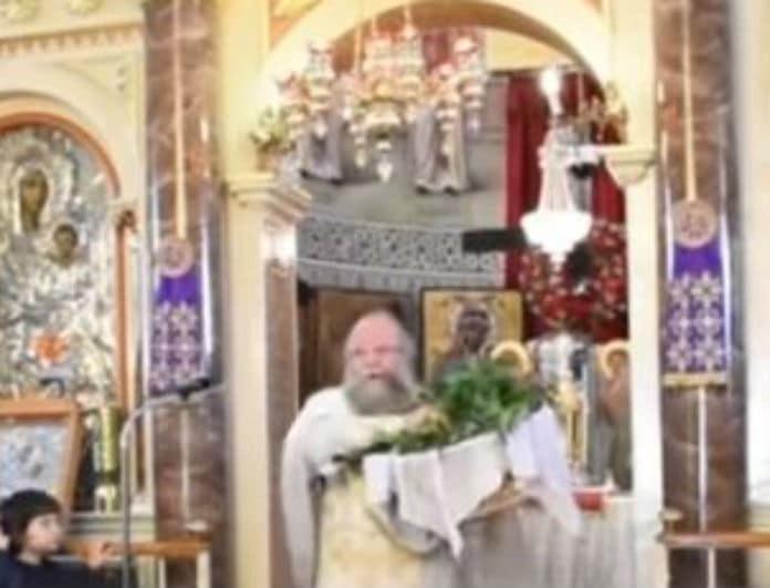 Χίος: Ο «ιπτάμενος» παπάς έκανε και πάλι το σόλο του και «έκλεψε» την παράσταση!