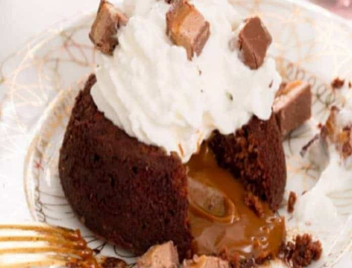 Σκέτος «πειρασμός»: Σοκολατένια λάβα με snickers!